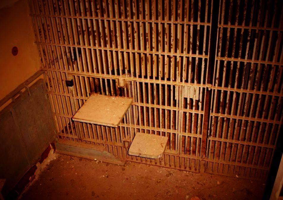 """In allen Arrestzellen des """"humanenm Strafvollzug"""" waren solche TIGERKÄFIGE eingebaut um Menschen zu brechen und zu zerbrechen."""